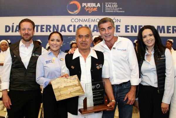 Dinorah López de Gali y Tony Gali reconocen a trabajadores de enfermería con más de 40 años de traye
