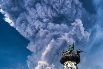 Пепел поднялся на пять километров
