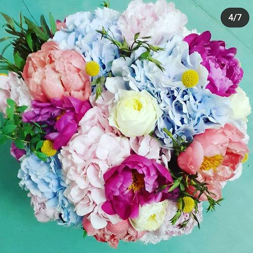 Buchet Urias cu Bujori, Hortensii, trandafiri parfumati, craspedis, eucalipt