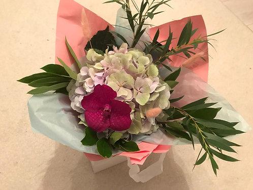 Buchet cu hortensii uriase si orhidee vanda