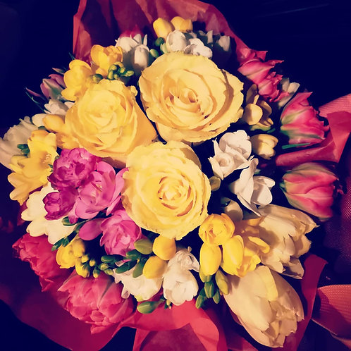 Buchet poznas cu frezii parfumate, trandafiri, lalele