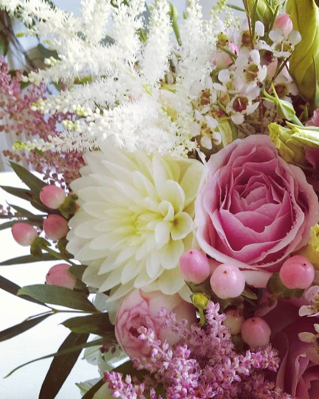 buchet de mireasa cu astilbe, dalia, piano roses