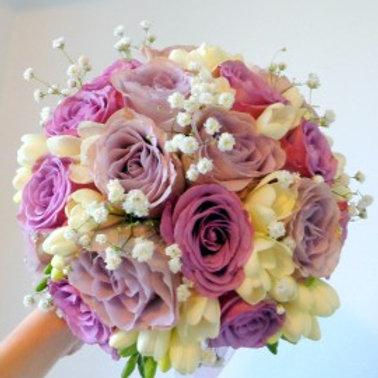 buchet mireasa/nasa cu trandafiri albi si lila, frezii, gypsophila