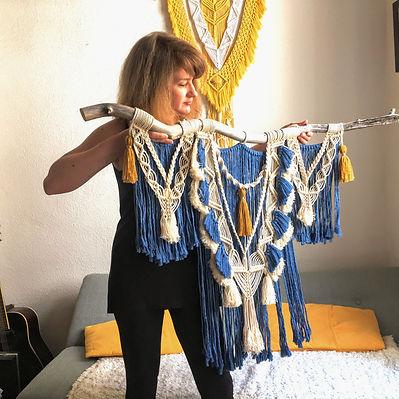 Magali de Macramé des bois et sa création en corde de coton beige et bleu