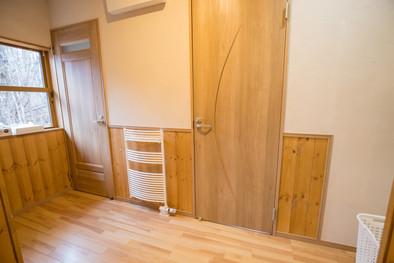 リビングの隣はパブリックホール。トイレ、洗面台、ランドリースペースがあります。