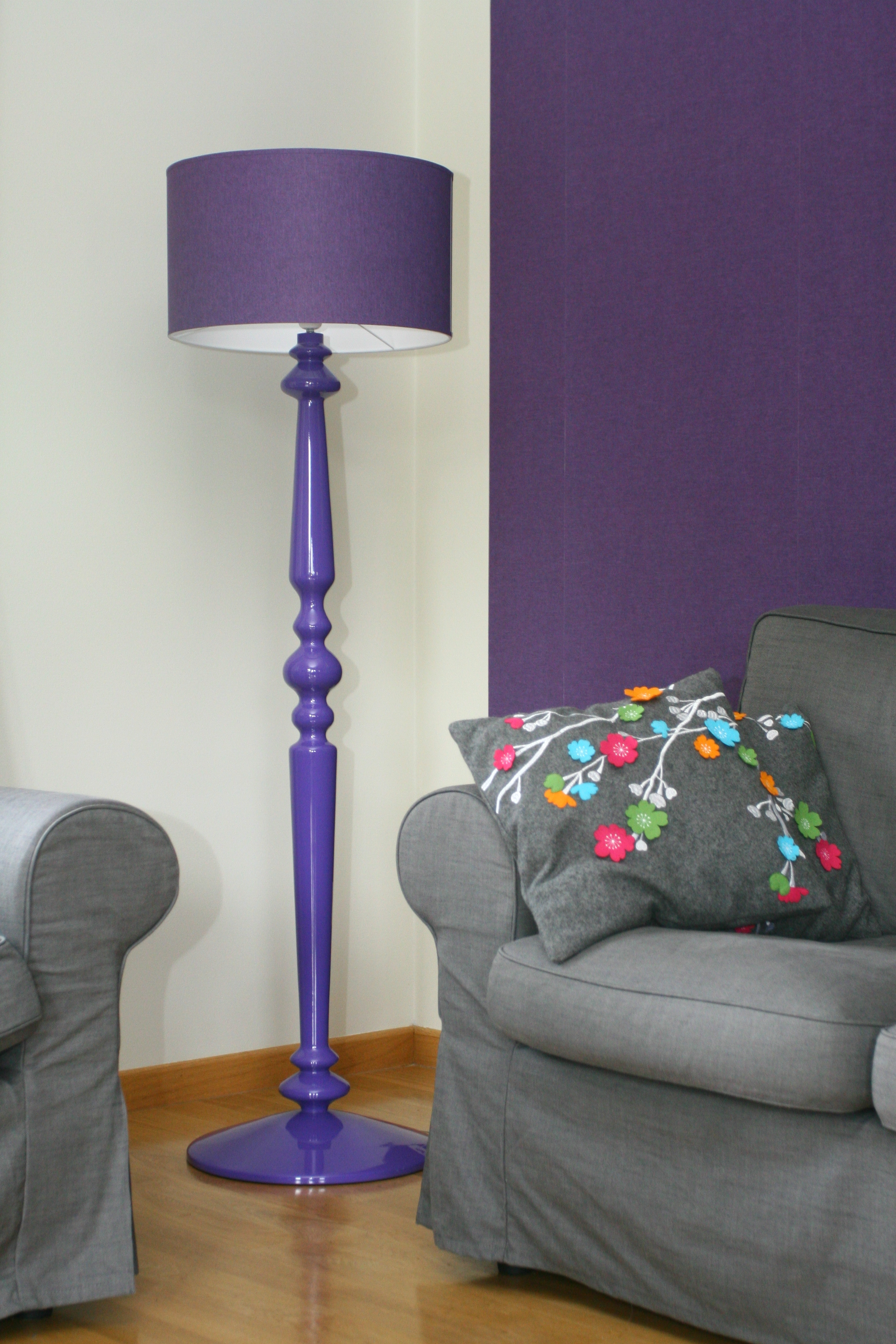 Drewniana lampa podłogowa