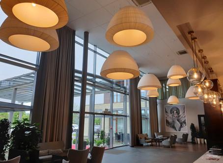 Oświetlenie recepcji w hotelu