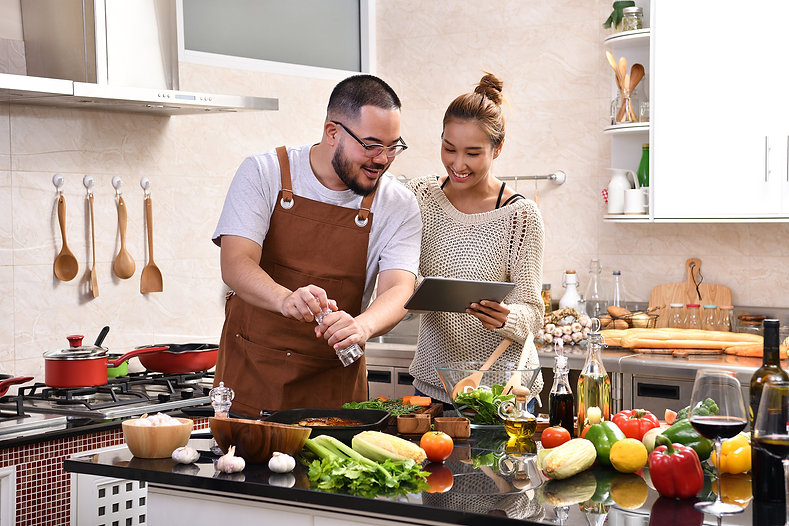 couple-cooking-in-the-kitchen-VLZMQMF_a.