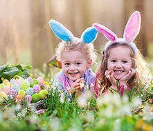 Счастливые дети с пасхальными яйцами.jpe