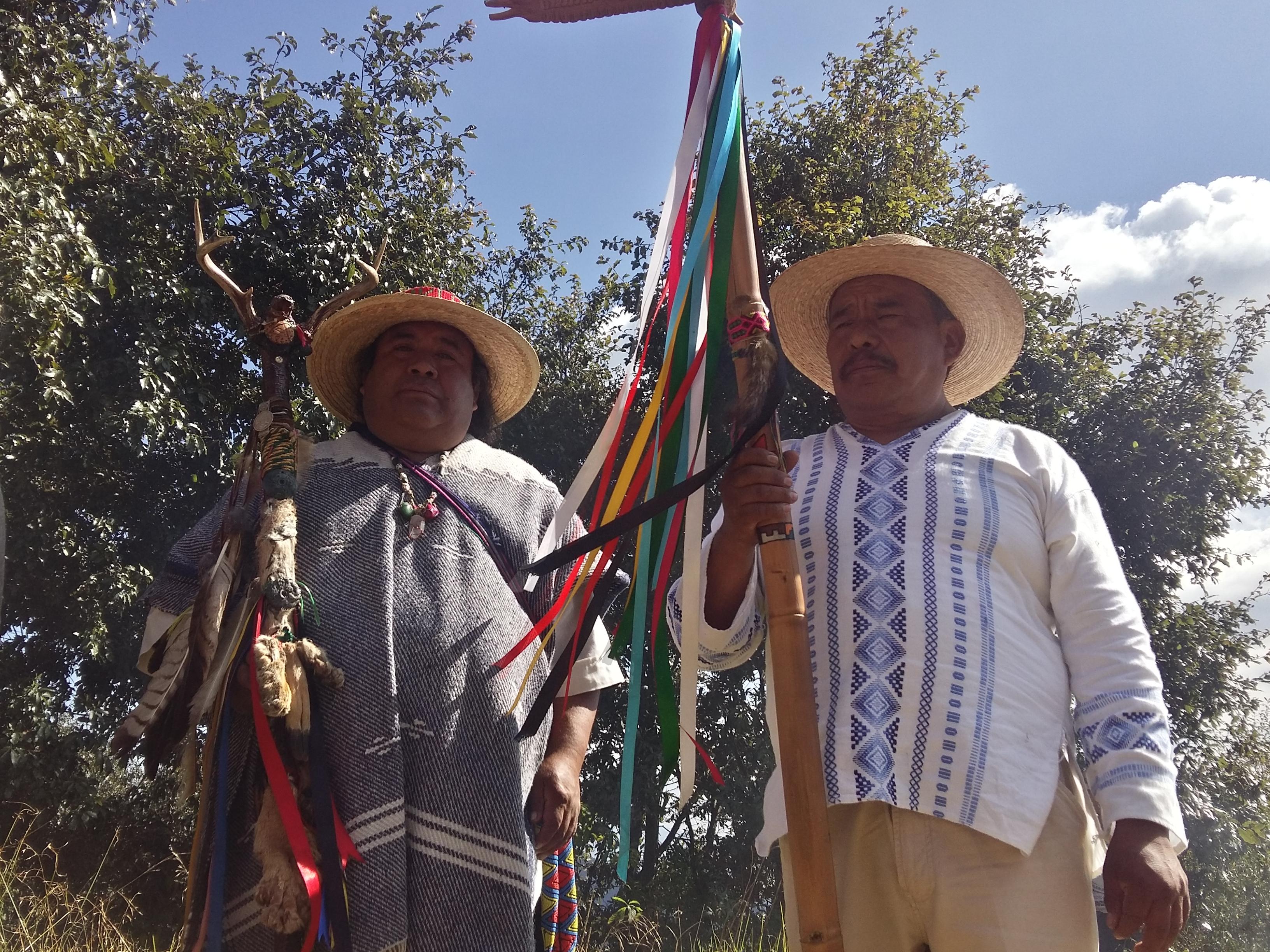 Dado la mano al pueblo Otomi