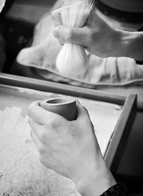職人が化粧筆を作っている画像