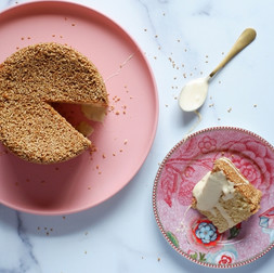 עוגת טחינה עם קרם דבש שרוף