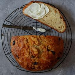 לחם סודה עם פטה, זייתים ואריסה