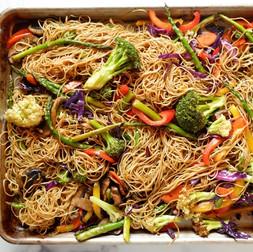 נודלס עם ירקות בתנור. ארוחה במגש.
