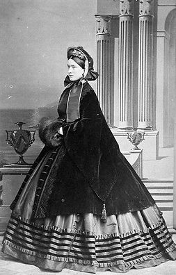1860-photograph-of-crinoline-with-ovecoa