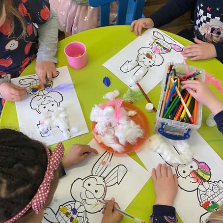 Uczniowie piątkowej oraz sobotniej klasy 0 wykonali przepiękne króliczki wielkanocne.