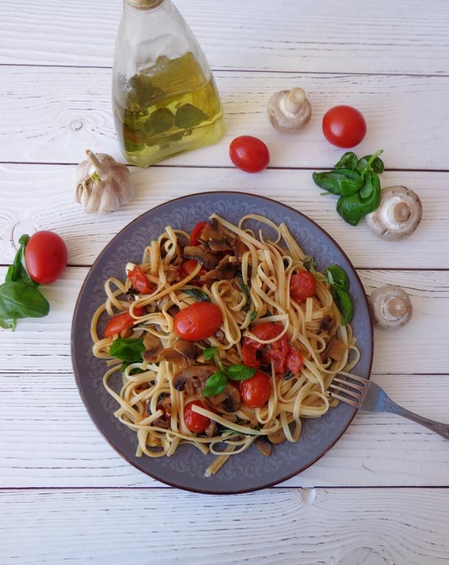 Паста итальянская с томатами черри, шампиньонами и зеленью