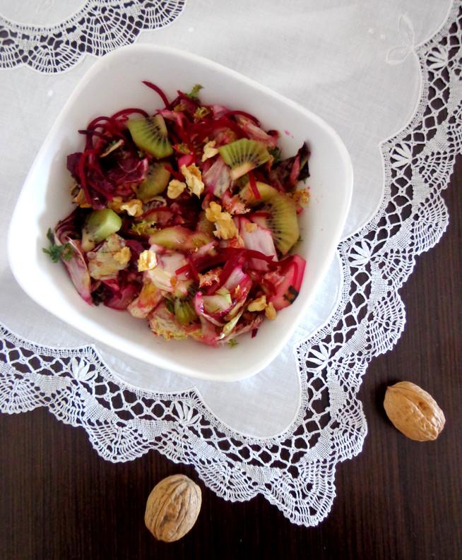 Красный салат со свеклой, киви и красным фризаллисом