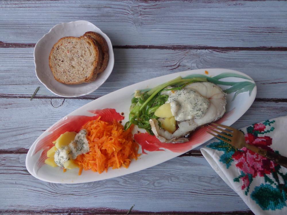 рыба с гарниром (треска на пару с морковью)