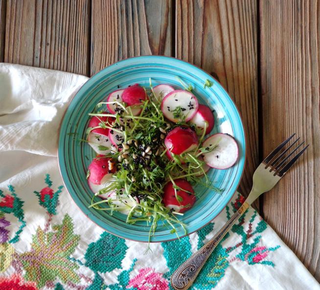 Весенний салат из редиса, микрозелени и пророщенной пшеницы