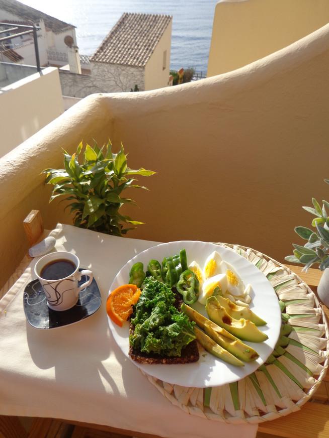 Завтрак средиземноморский с кали и авокадо и яйцом