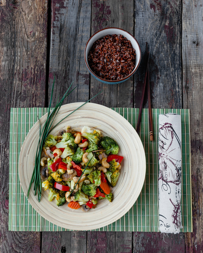 Брокколи с овощами и кэшью в азиатском стиле