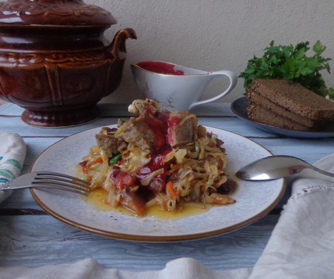 Баранина с капустой под калиновым соусом