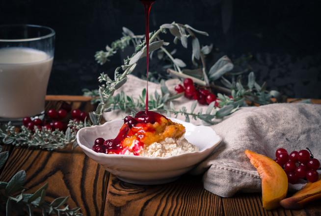 Творожный персиковый десерт с калиновым соусом