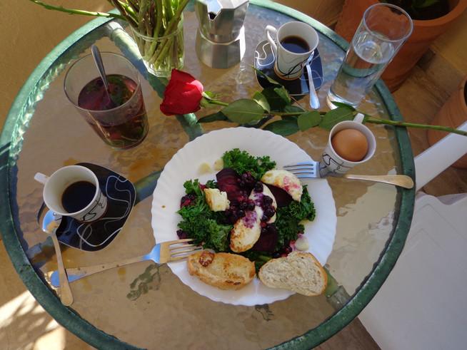 Завтрак со свеклой, кали и жареным сыром