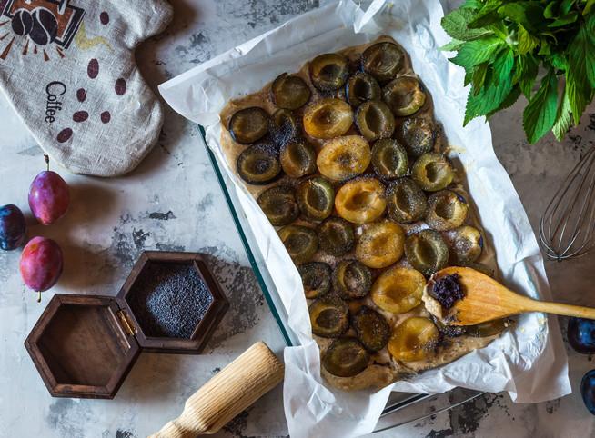 Сладкий пирог со сливой, маком и мятой