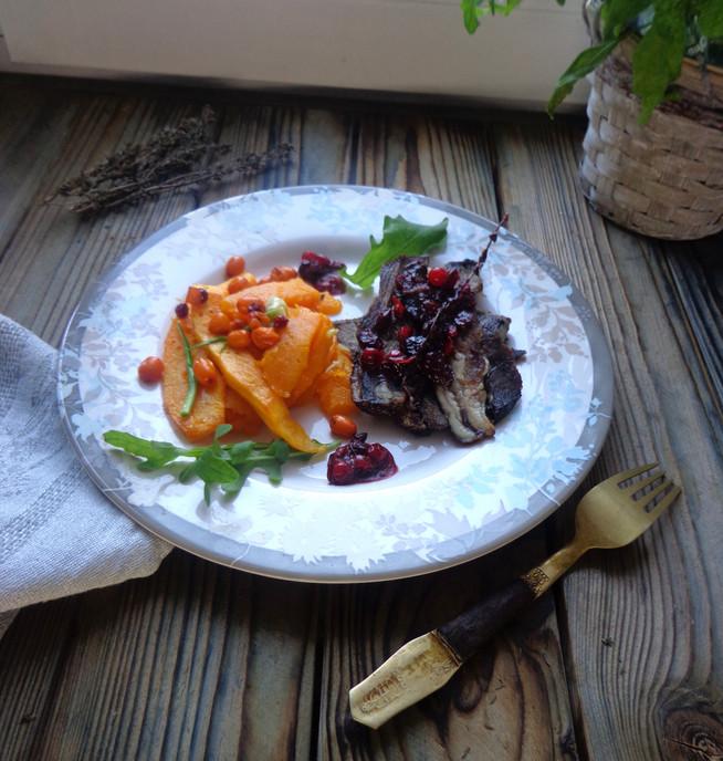 Дикое мясо (косули) с запеченой тыквой и ягодами