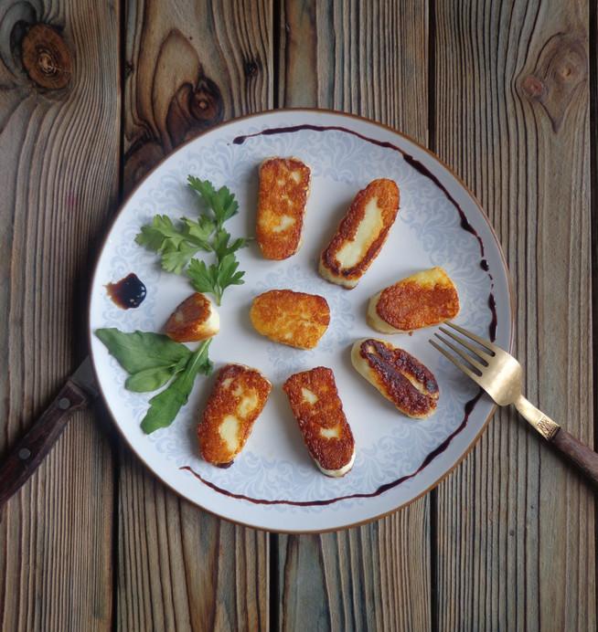 Жареный сыр с клюквенным или гранатовым соусом (на ланч)