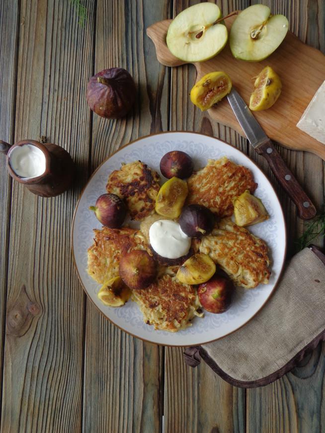 Яблочные оладьи с инжиром