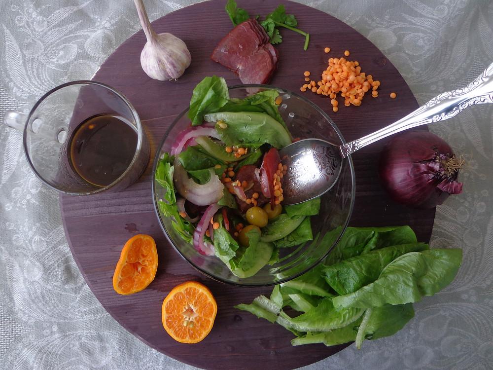 салат с зеленью, оливками, чечевицей и красным луком