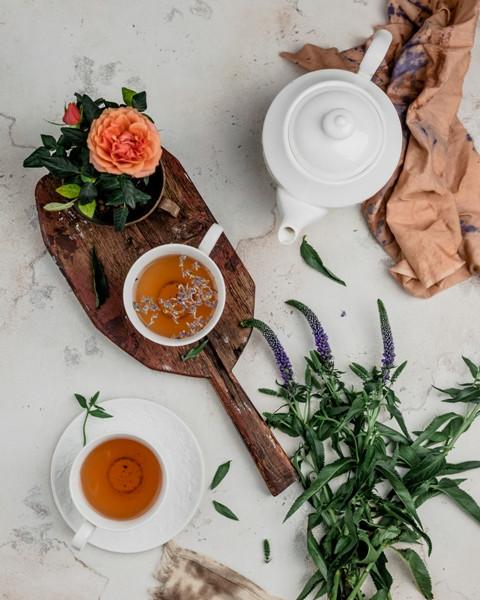 Чай с лавандой и лепестками шиповника