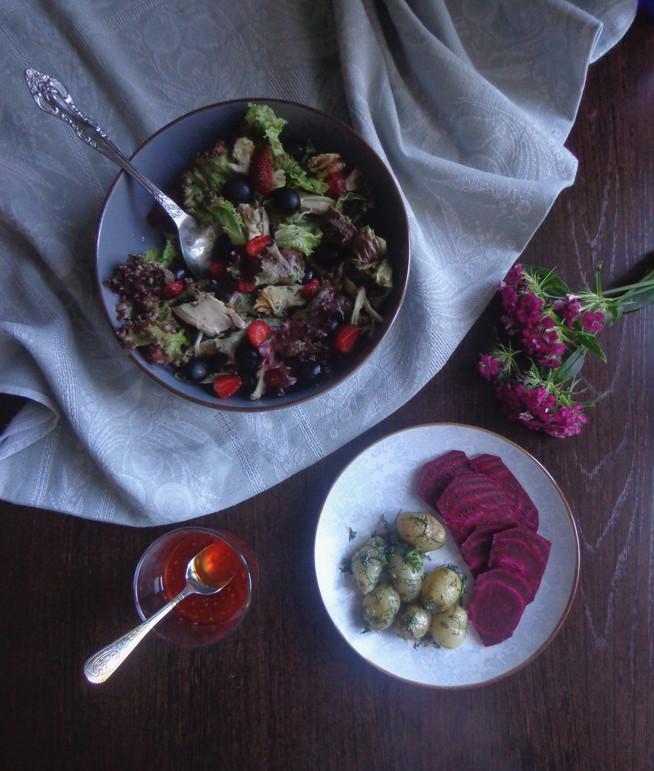Салат из деревенской курицы с фризаллисом (красным салатом) и клубникой