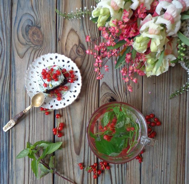 Чай с красной смородиной,  смородиновым листом и базиликом