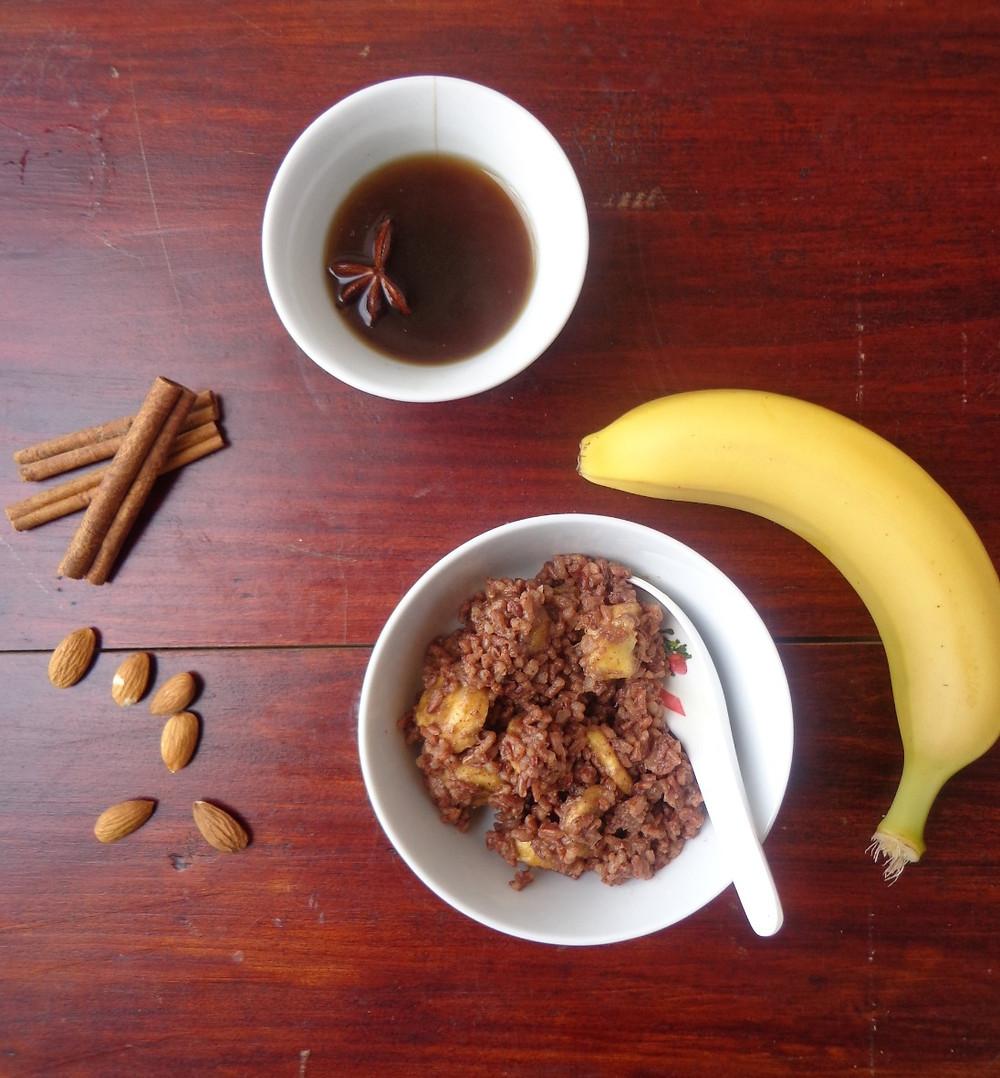 бурый рис с бананом, миндалем и корицей