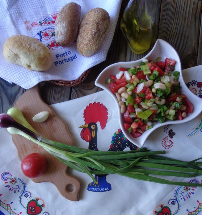 Андалузийский (португальский) салат из свежих овощей с зеленым луком и фасолью