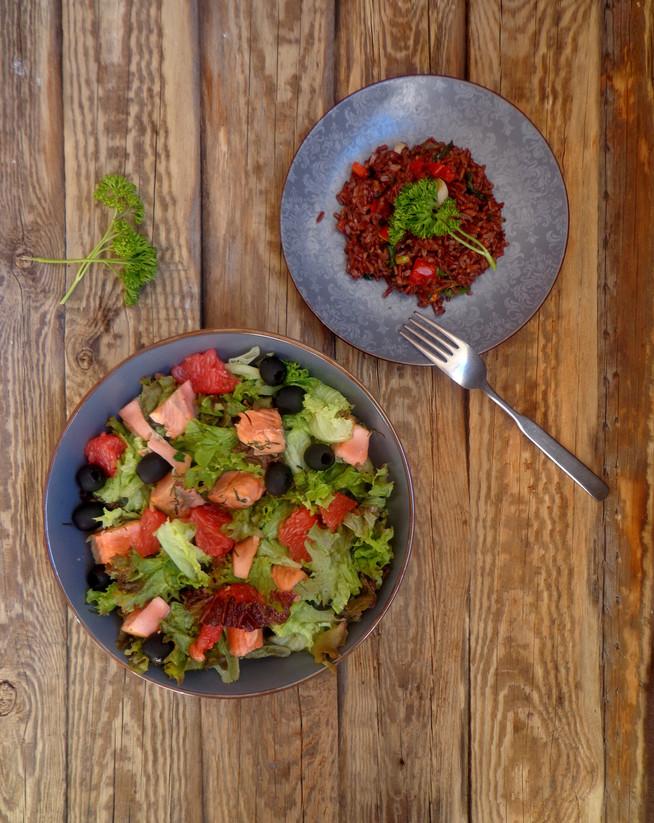 Салат из диких лососевых с бурым рисом на гарнир.                                       Wild salmon&