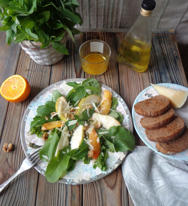 Грушевый салат с рукколой, мятой и сыром