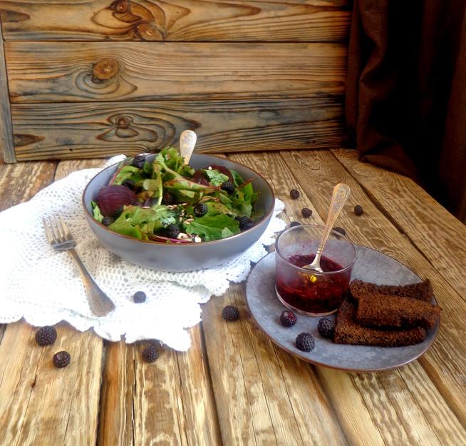Салат со свекольной ботвой, свеклой и черными ягодами
