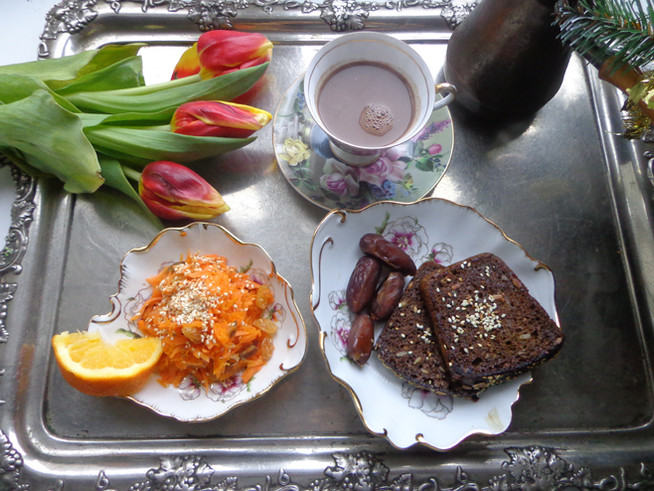 Завтрак настоящей Леди: морковно-яблочный салат, зерновые тосты и какао