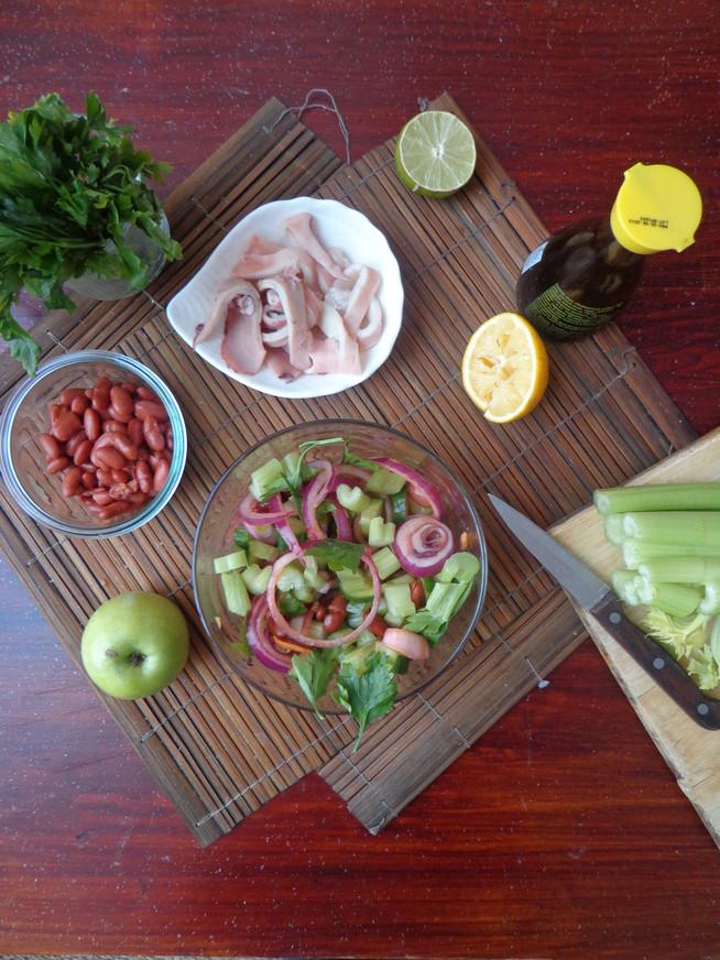 Салат из кальмаров (или тунца), сельдерея, с красным луком и фасолью