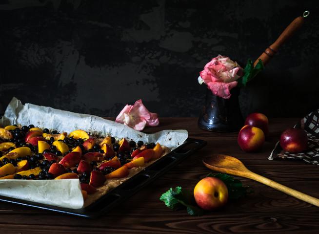 Пирог с нектаринами и смородиной