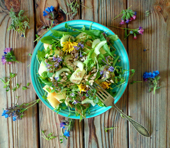 Майский салат для очищения печени с дикоросами и свежей зеленью
