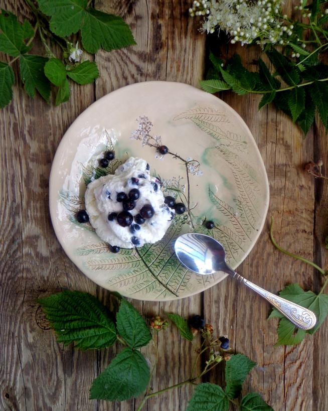 Десерт из козьего творога с кедровым орехом и черной смородиной (черникой)