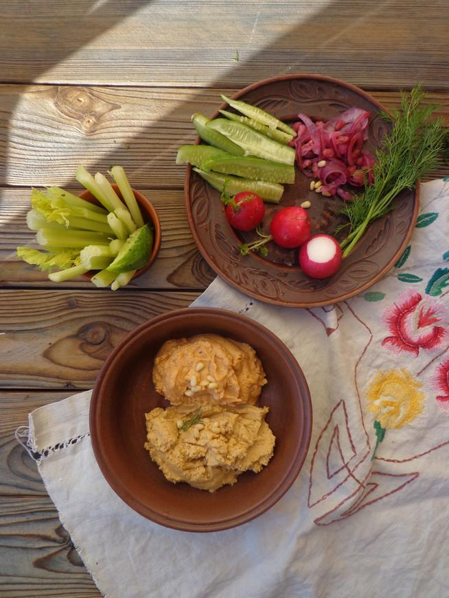 Хумус с редисом и сельдереем