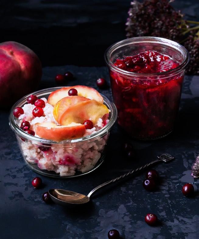 Рисовый пудинг с клюквенным чатни и персиками (или яблоками)