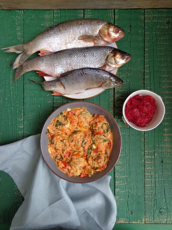 Тефтели из речной рыбы (язя) в томатном соусе со свекольным пюре